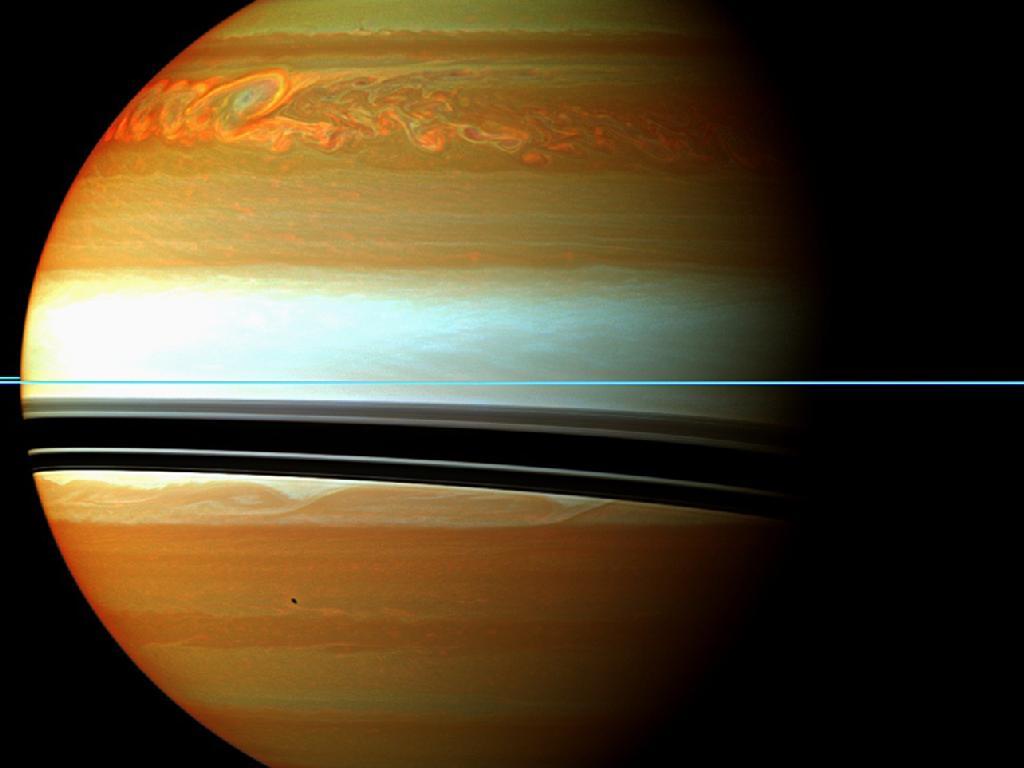Bollono misteri nel vortice di Saturno