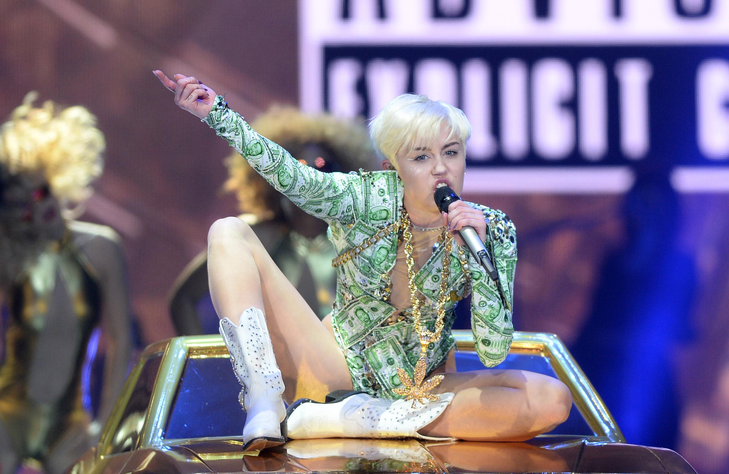 Miley Cyrus scatenata, in toppless