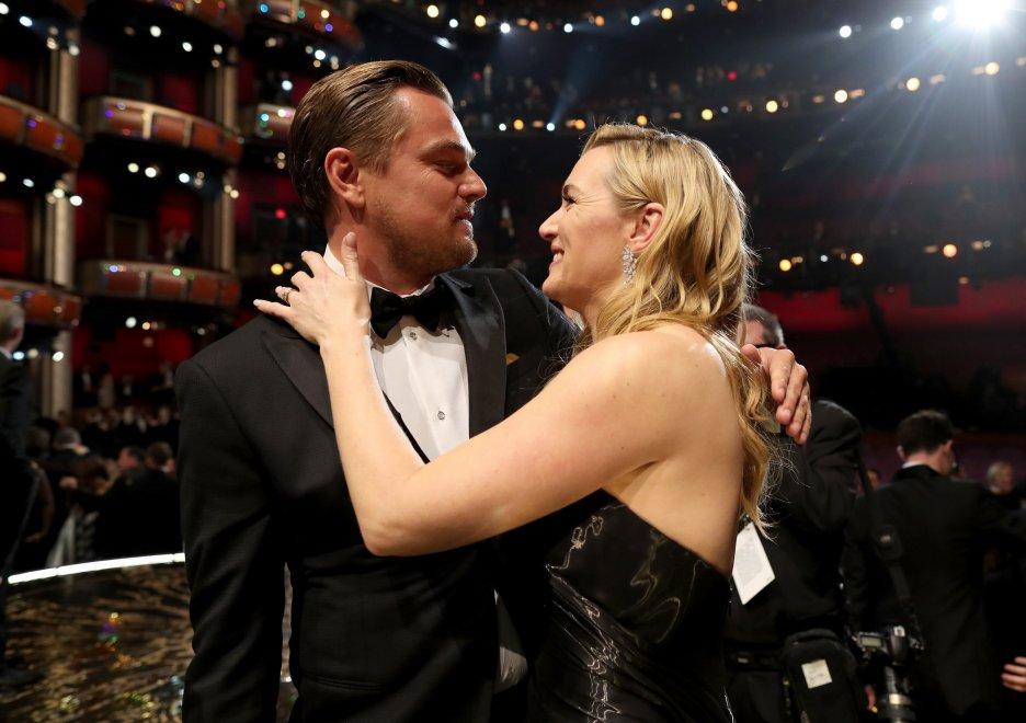 Leonardo DiCaprio abbraccia l'amica Kate Winslet dopo la vittoria agli Oscar 2016