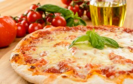Pizza margherita, close up, fuoco selettivo