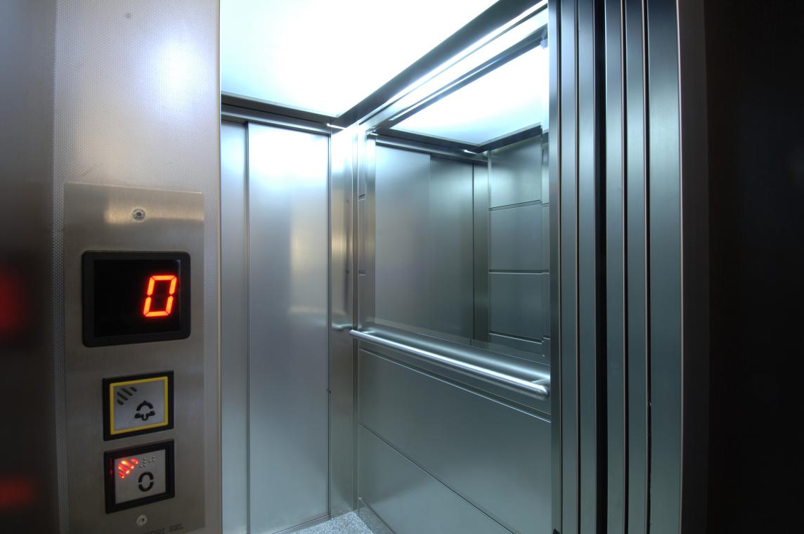 Bloccata in ascensore ma nessuno se ne accorge, trovata cadavere un mese dopo