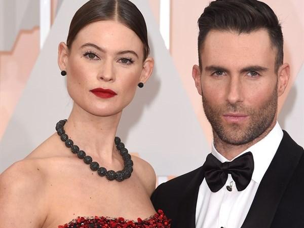 Adam Levine presto papà, il cantante dei Maroon 5 e Behati Prinsloo aspettano un figlio