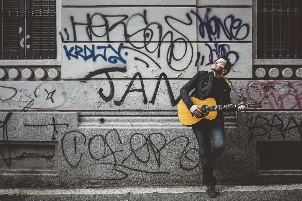 """Soltanto è il busker che con la sua chitarra ha percorso le strade d'Europa vendendo migliaia di dischi, venerdì 8 aprile esce il suo nuovo album """"Skye"""""""