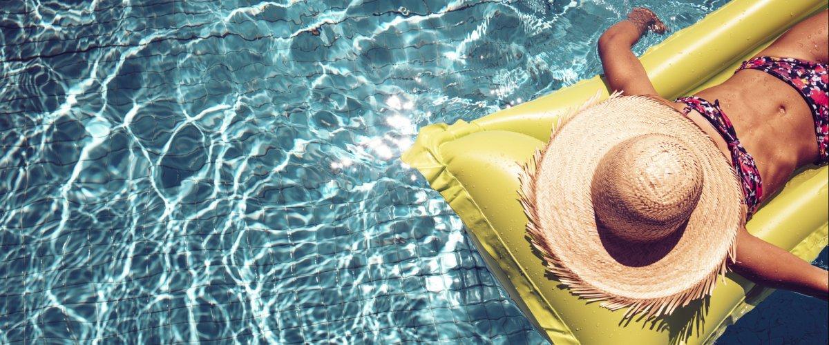 Evitare alcolici, caffè e bevande zuccherate: ecco come rimanere idratate in spiaggia
