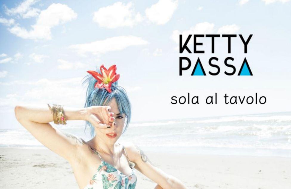 """Da domani in radio """"Sola al tavolo"""", il nuovo singolo di Ketty Passa!"""